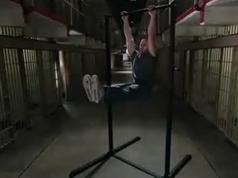 仰卧举腿正确动作要领_仰卧举腿视频_囚徒健身举腿系列(配套中文字幕视频全集)